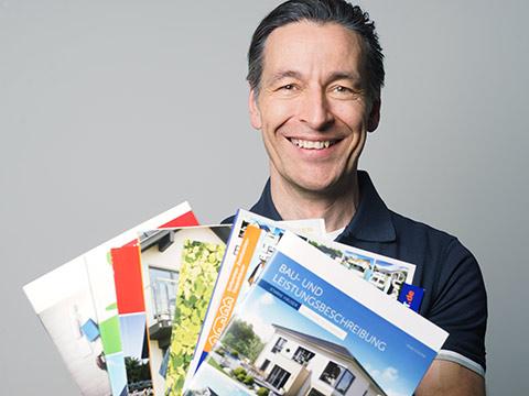 John Kosmalla empfiehlt Hausbau-Kataloge