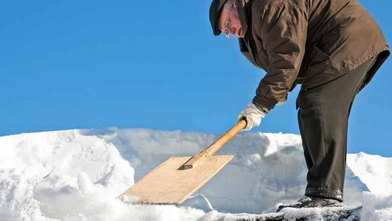 Anstrengend und tückisch zugleich - Schneefegen auf dem Dach