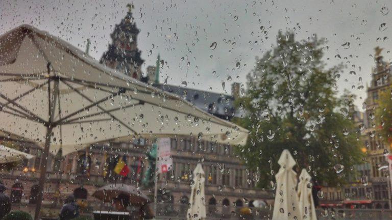Sonnenschirme im Regen