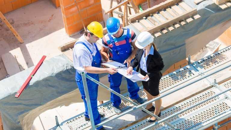 Architektin auf der Baustelle