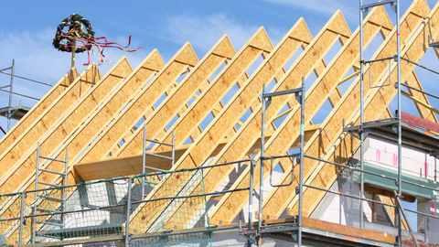 Das Dach und erste Innenarbeiten