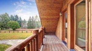 Holzterrasse mit Ausblick