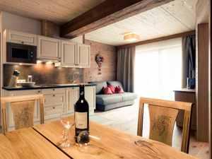 Küche mit hellen und dunklen Holz