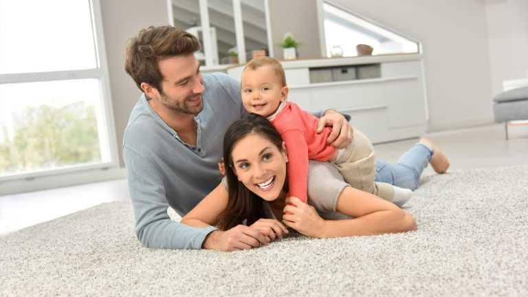Fussbodenheizung Familie auf Boden