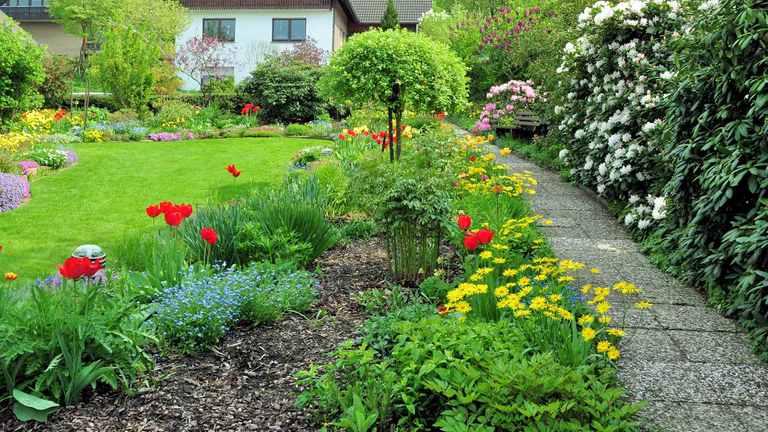Gartenweg mit farbenfroher Bepflanzung