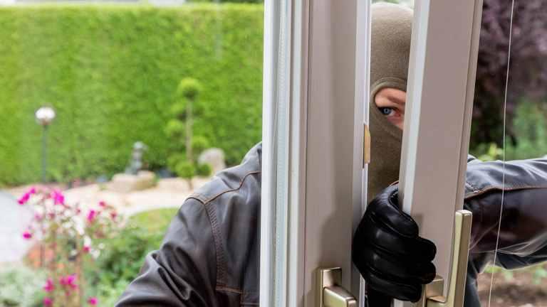 Einbrecher an gekipptem Fenster
