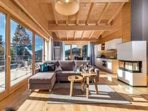 Heller Wohn- und Essbereich mit Panoramafenster