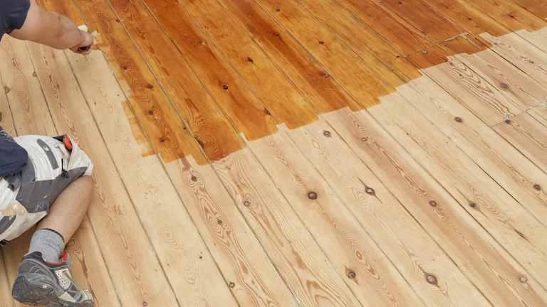 Holzdielenboden wird geölt