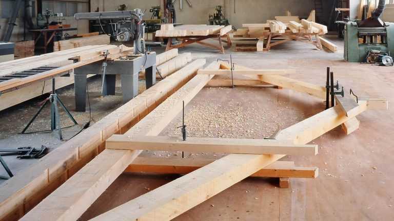 Holzskelett-Bauteil in der Werkstatt