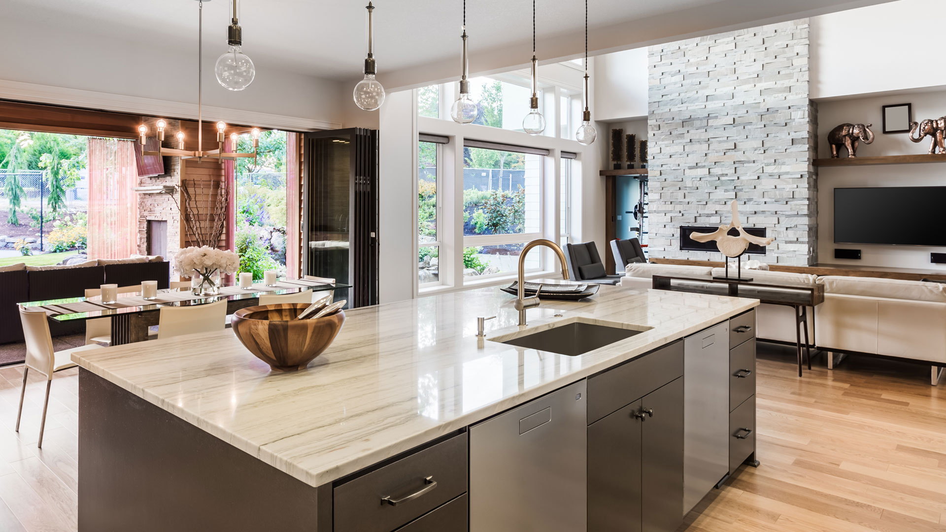 Moderne, offene Küche mit hochwertiger Ausstattung