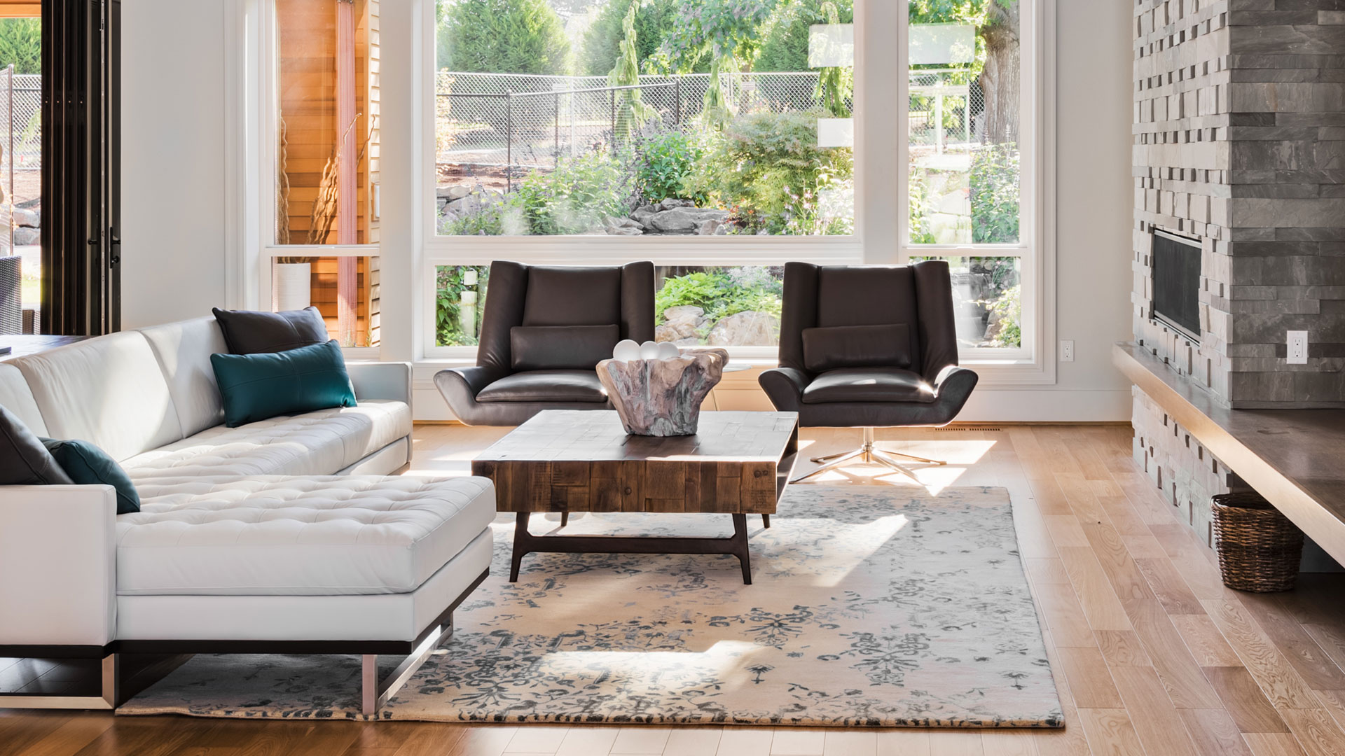Wohnzimmer mit edlen Möbeln und Kamin