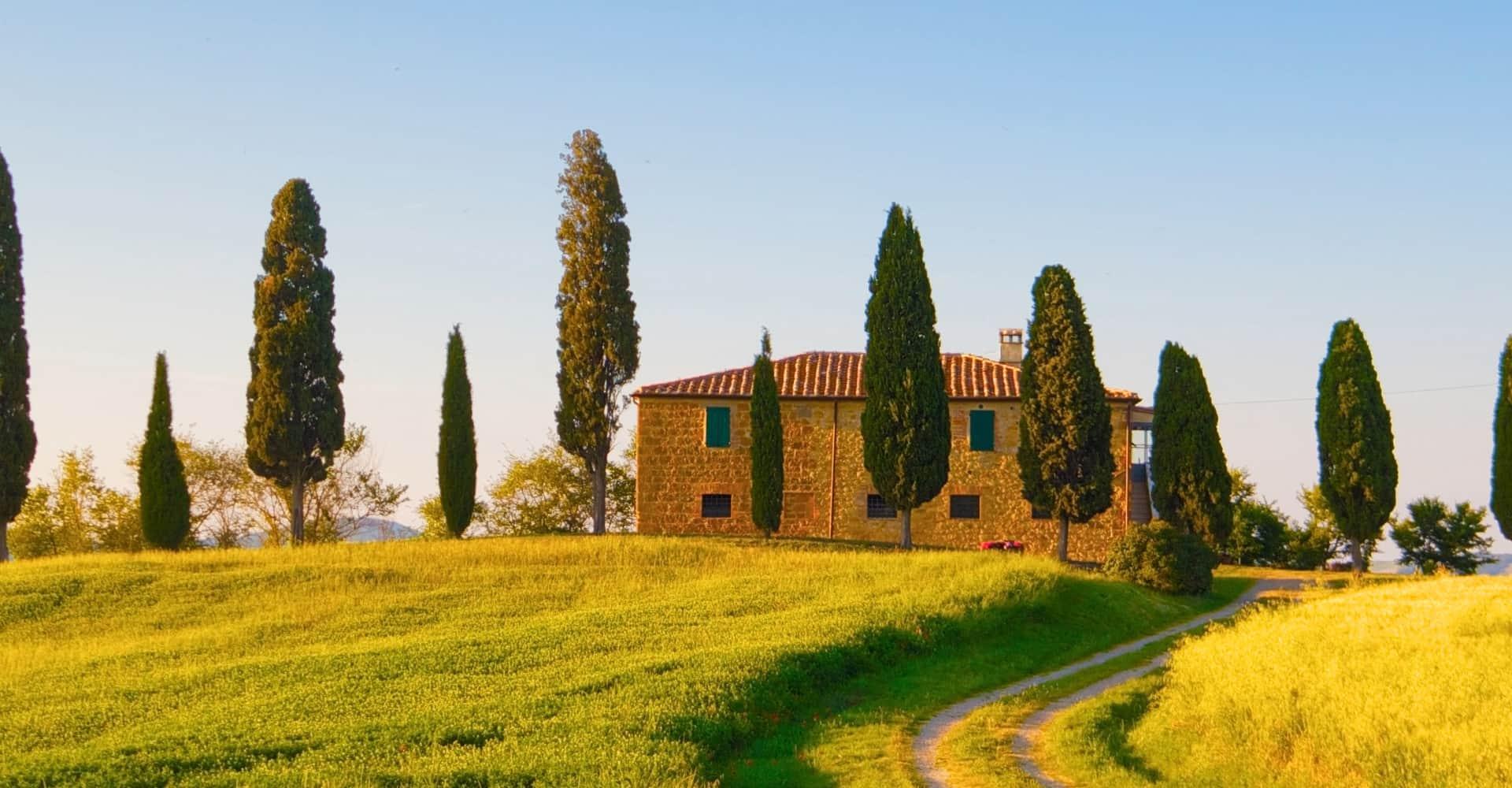 Mediterranes Haus auf Hügel