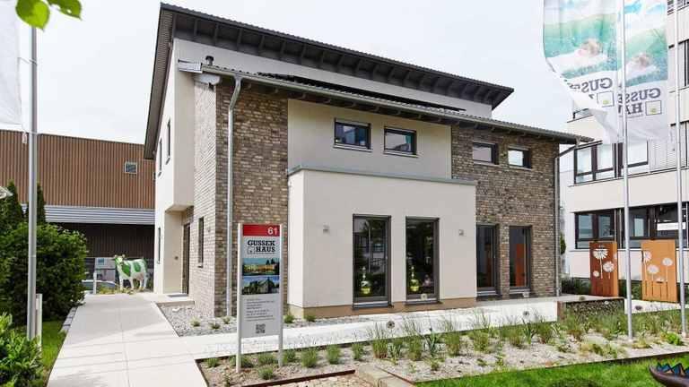 Das Musterhaus Fellbach liegt mit der Mischfassade voll im Trend