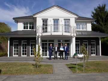 Übergabe an den Erstplatzierten in der Kategorie Premiumhaus – Heinz von Heiden.