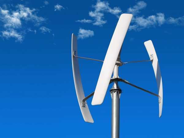 Windrad an einem Plusenergiehaus
