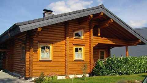 Blockhaus mit Rundbohlen