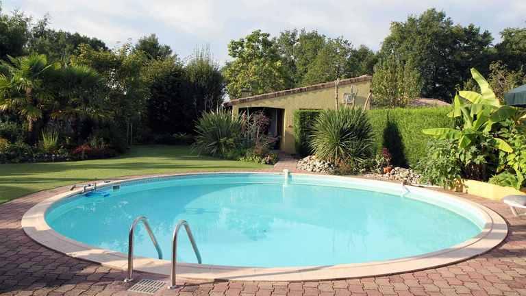 Schwimmbecken mit Stahlwand