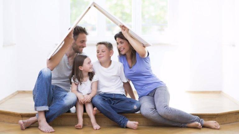 Familie unter Hausdach