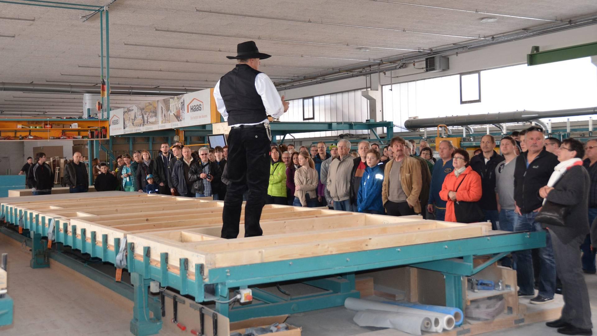 Vortrag in Werkhalle bei Haas Fertigbau