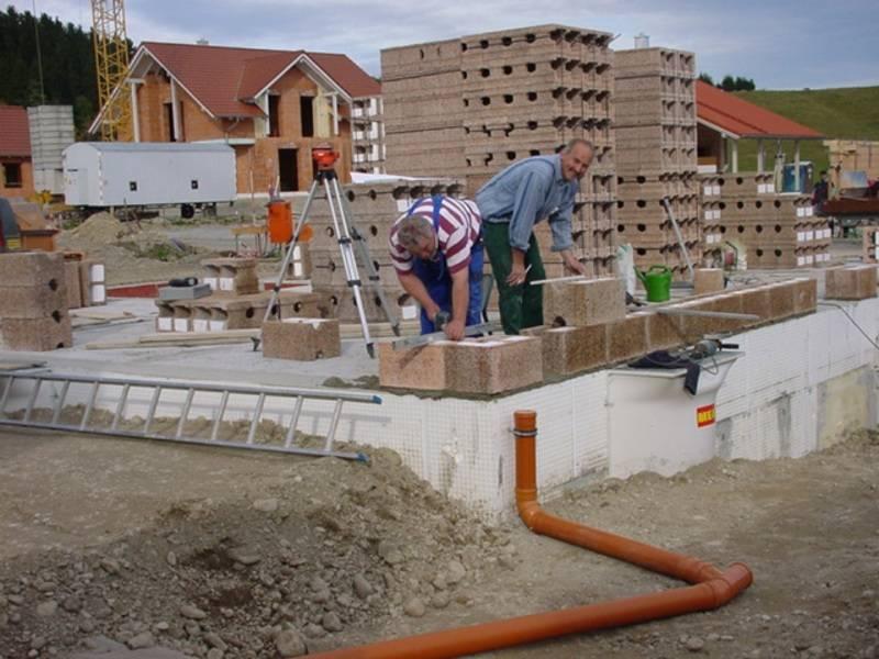Bauarbeiter beim Anlegen von Steinen