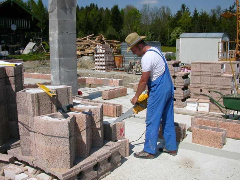 Bauarbeiter beim Schneiden von Steinen