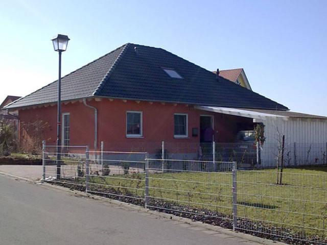Walmdach-Haus von Harmonie Massivhaus