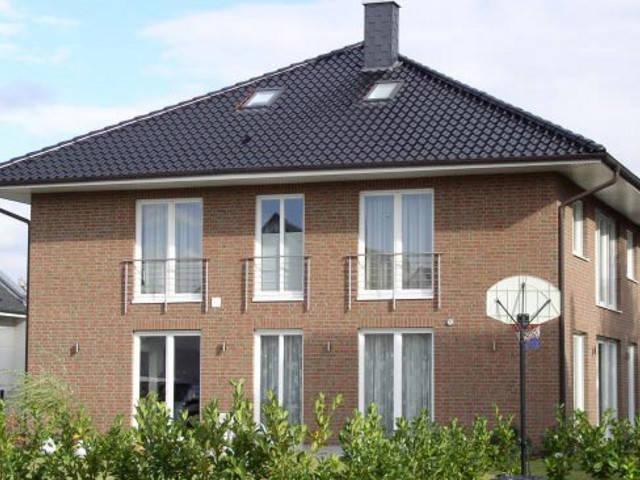 Stadtvilla mit Zeltdach von Euro Massiv Bau
