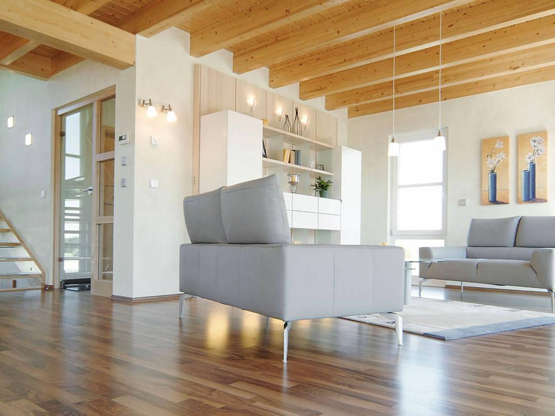 Innenansicht auf den Wohnbereich und den angrenzenden Treppenaufgang.
