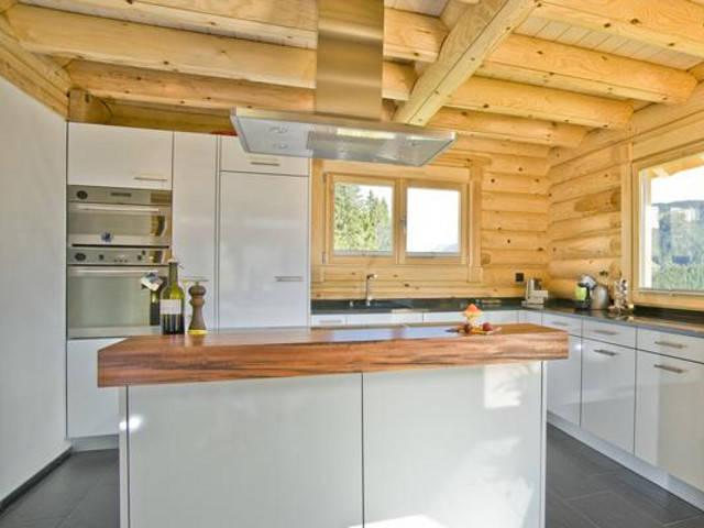 Alpine chalet honka blockhaus for Blockhaus innen modern