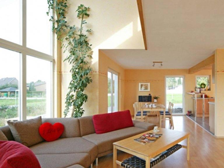 Innenansicht mit Blick auf den Wohnbereich und die Galerie.