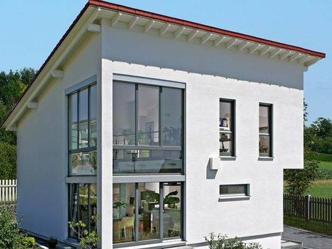 Aussenansicht auf die Vorderseite des Hauses mit stilvoller Fensterfront.