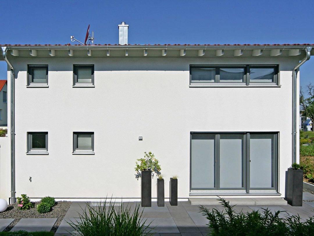 Aussenansicht der Rückseite mit Terrasse und Garten.