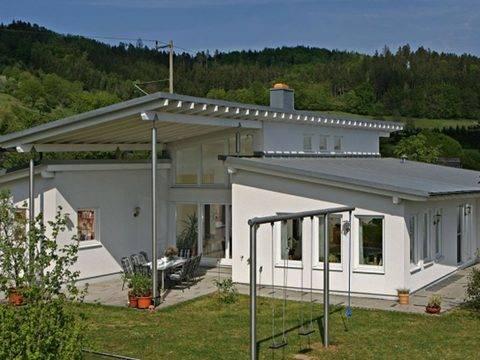 Aussenansicht auf die überdachte Terrasse und die Pultdach-Konstruktion.