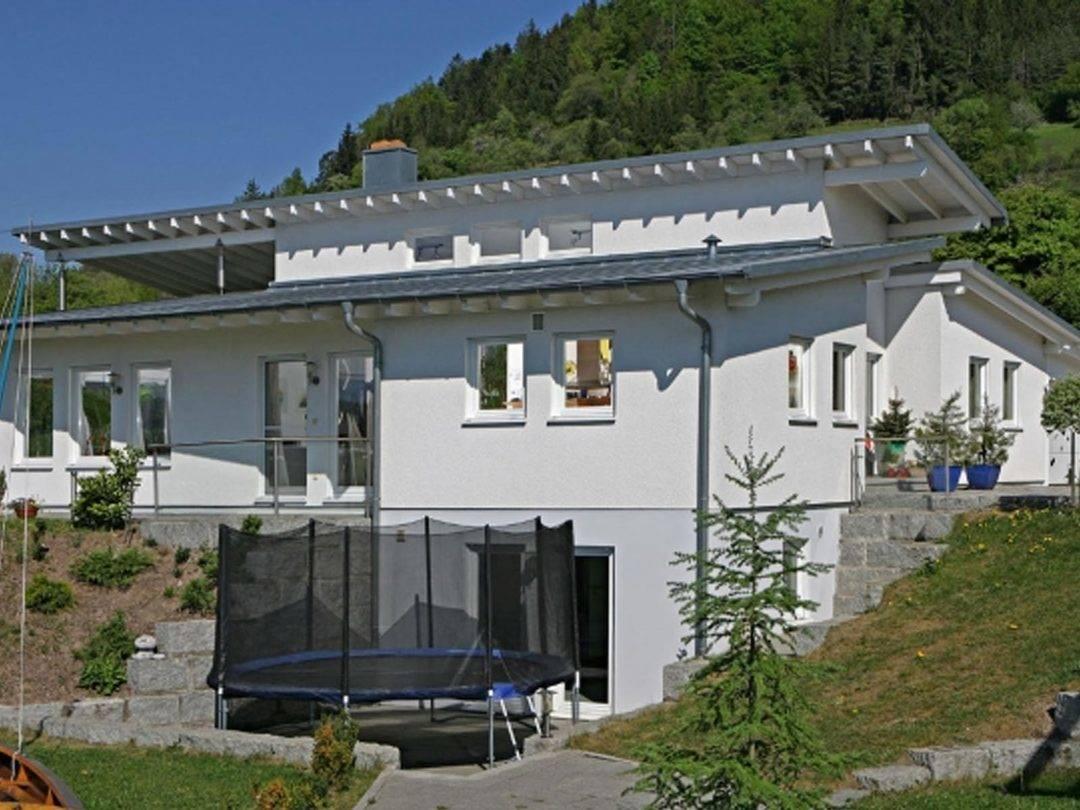 Aussenansicht der Vorderansicht mit Blick auf den Hauseingang und den Wohnkeller.