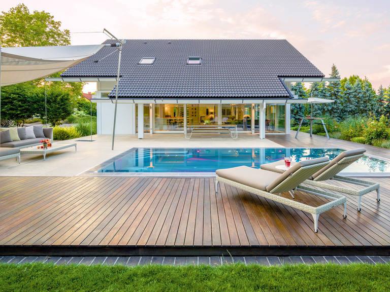 Terrassenlounge mit Sonnensegel
