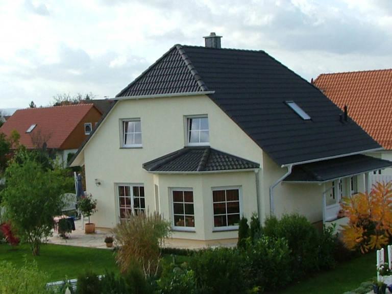 Aussenansicht auf die Terrasse und die Gaube im Erdgeschoss.