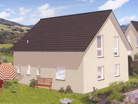 Aussenansicht auf das klassische Satteldachhaus mit bodentiefen Fenstern im Dachgeschoss.
