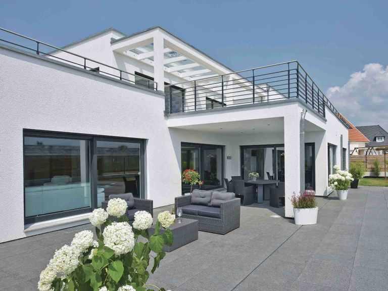 Luxusvilla im Bauhaus-Stil - WeberHaus Terrasse