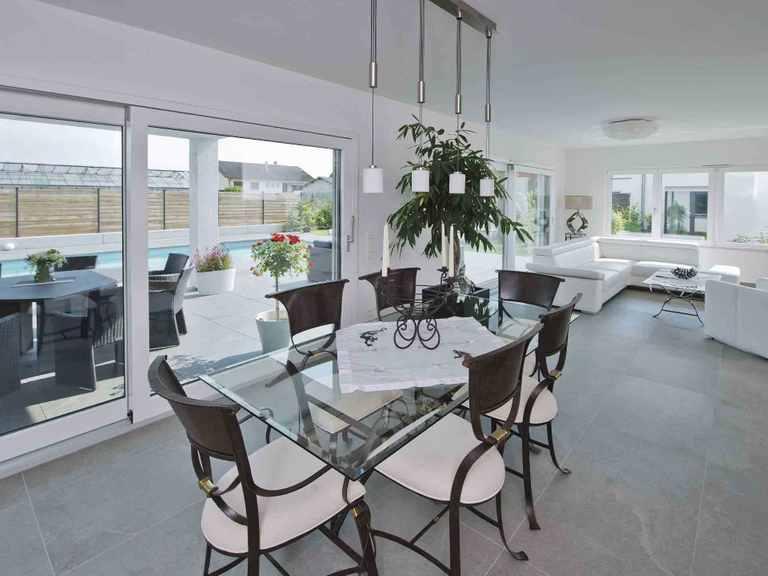 Luxusvilla im Bauhaus-Stil - WeberHaus Essbereich