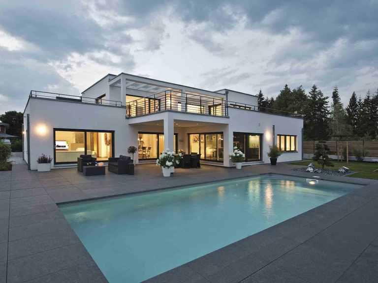 Luxusvilla im Bauhaus-Stil - WeberHaus Hinteransicht mit Pool