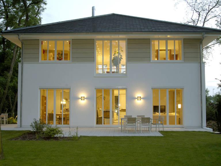 Aussenansicht Stadtvilla abends von Haacke Haus
