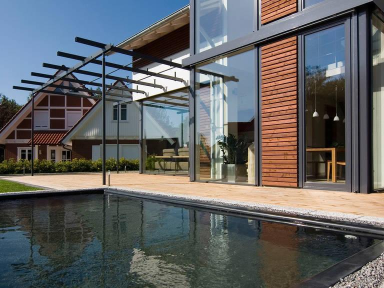 Aussenansicht Gartenteich Haus Design 168 von frammelsberger Holzhaus