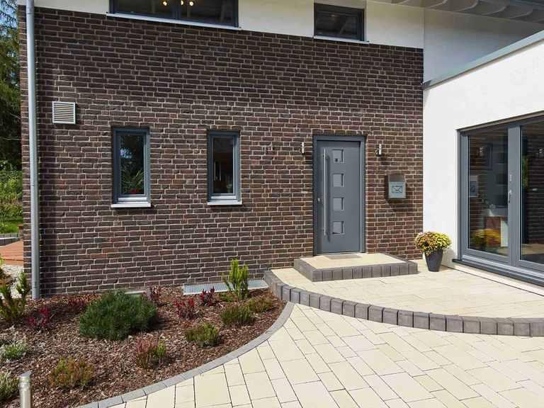 Musterhaus Melanie Haupteingang mit Vorgarten
