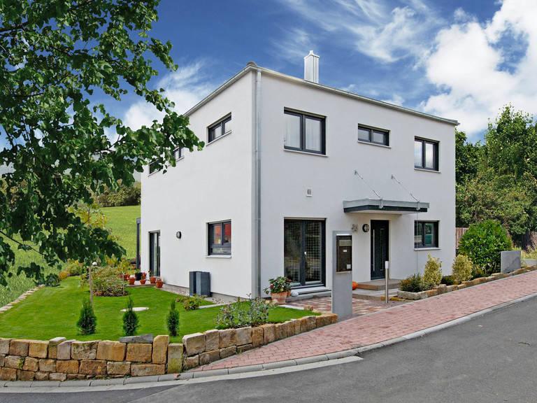 Haus Becker Fertighaus Weiss Strassenansicht