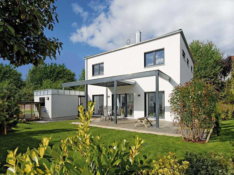 Haus Becker Fertighaus Weiss Gartenansicht