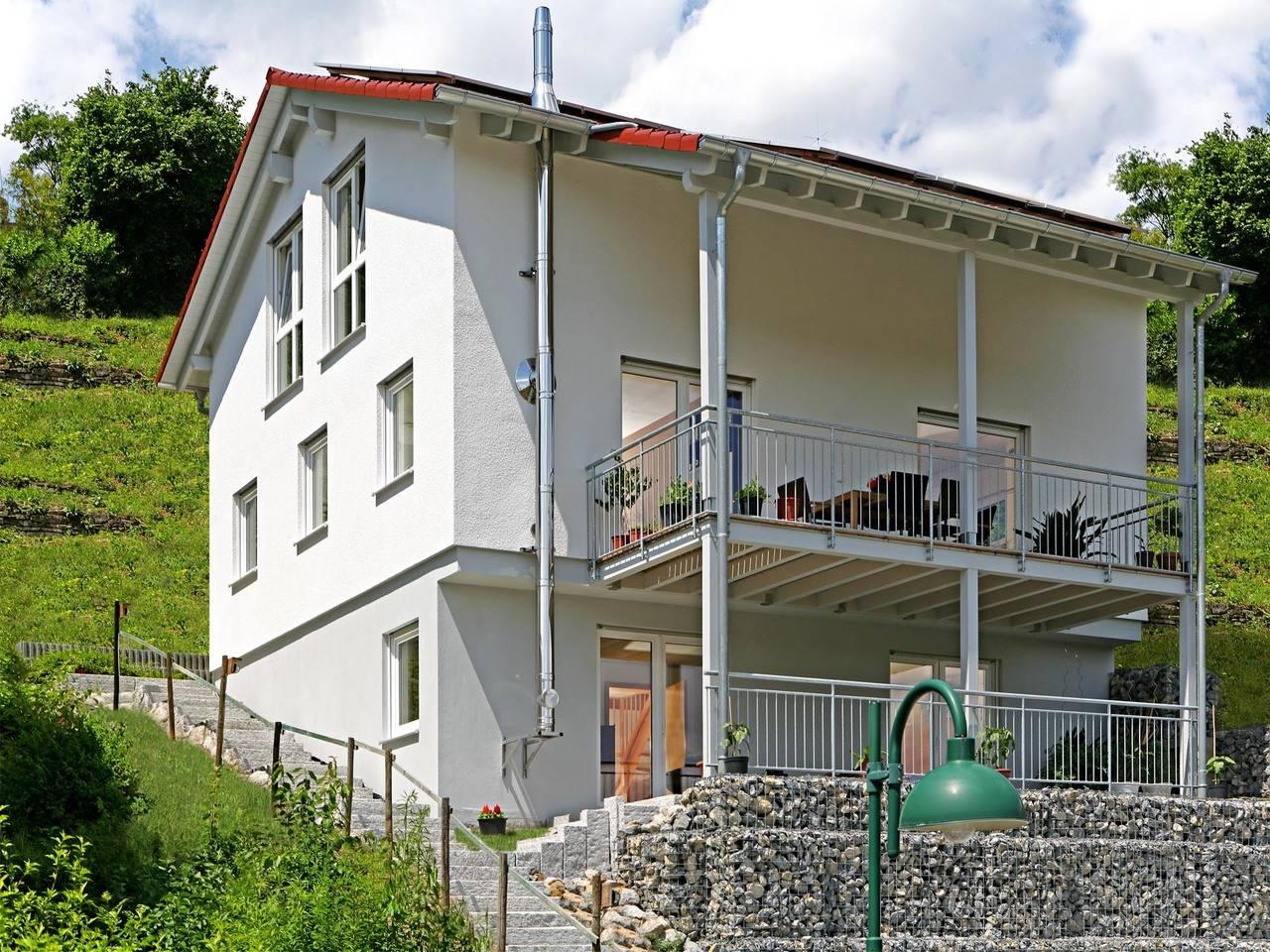 Fertighaus Weiss Mehrgenerationenhaus mit Hanglage Vollmer-Kientsch