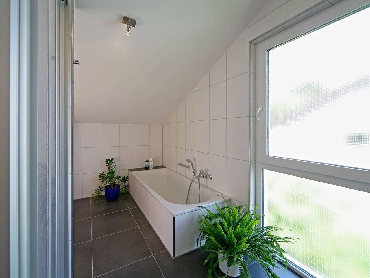 Fertighaus Weiss Mehrgenerationenhaus Vollmer-Kientsch Badezimmer
