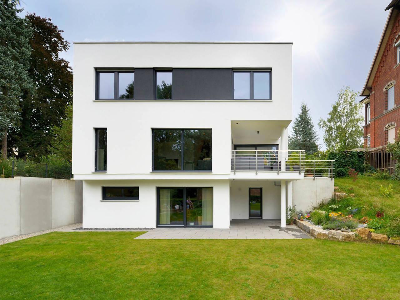 Fertighaus Weiss Bauhaus Hirsch Gartenansicht