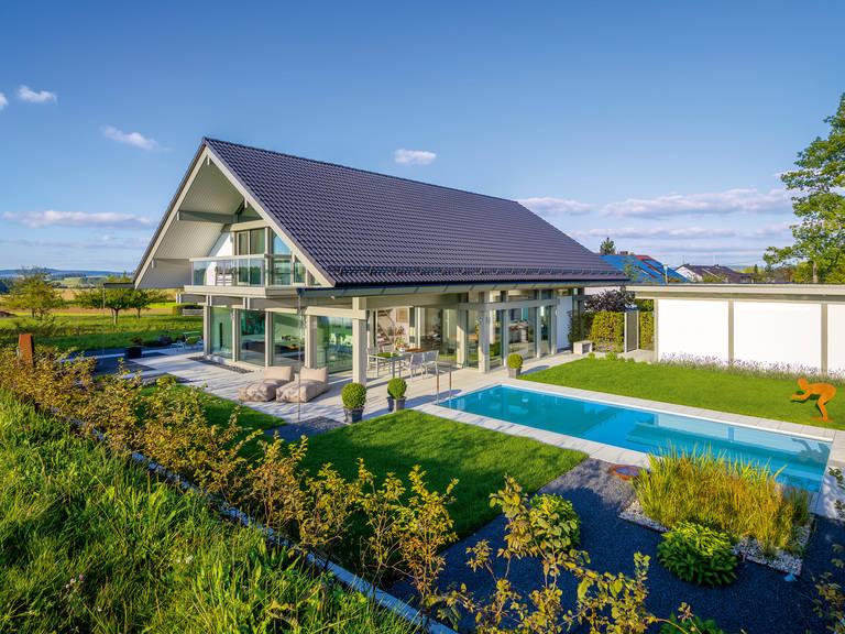 HUF Haus ART 4 grau - Aussenansicht Garten mit Pool