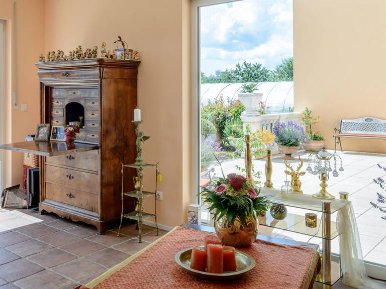 Wohnbereich mit Aussicht auf Terrasse - Mehrgenerationenhaus Auen - ALBERT Haus